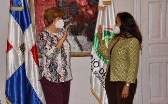 La ministra de Cultura, Carmen Heredia, mientras juramentaba a Reina Rosario.
